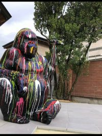 gorilla affe sitzend kunstbemalt gartenfigur plastikfigur