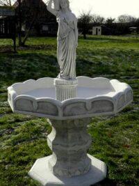 wasserbrunnen aus beton gartenfiguren gartenfantasy